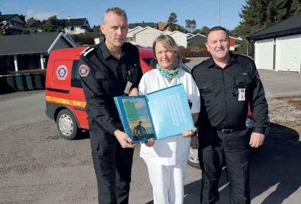 To brannmenn og en sykepleier holder opp en rapport